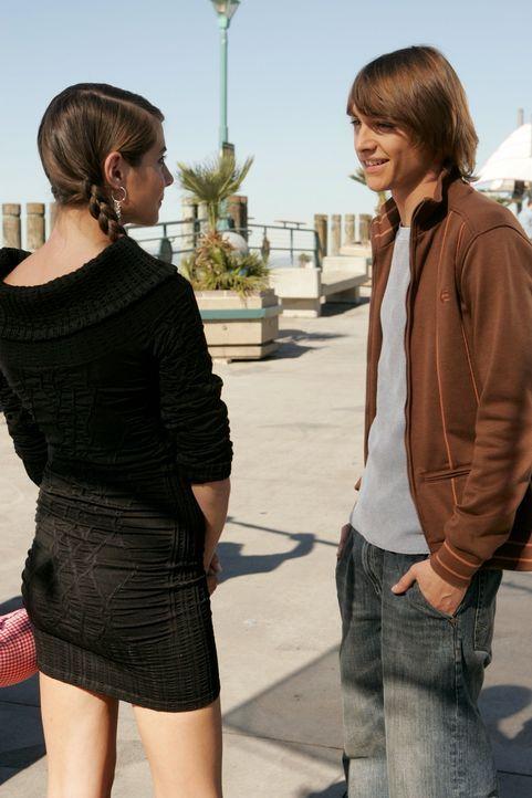 Als Kaitlin (Willa Holland, l.) die Spannung zwischen Marissa und Johnny (Ryan Donowho, r.) bemerkt, ahnt sie, dass er in Marissa verliebt ist ... - Bildquelle: Warner Bros. Television