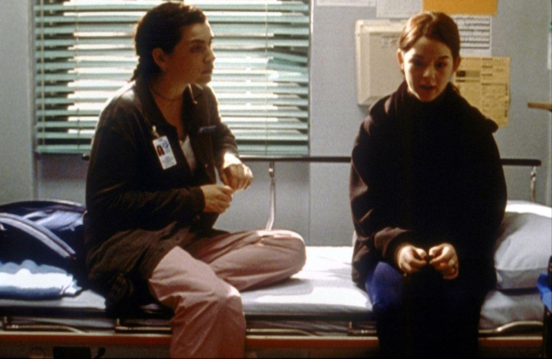 Die minderjährige Natalie (Morgan Nagler, r.) erzählt Hathaway (Julia Margulies, r.), dass sie ein Verhältnis mit ihrem Lehrer hat. - Bildquelle: TM+  2000 WARNER BROS.