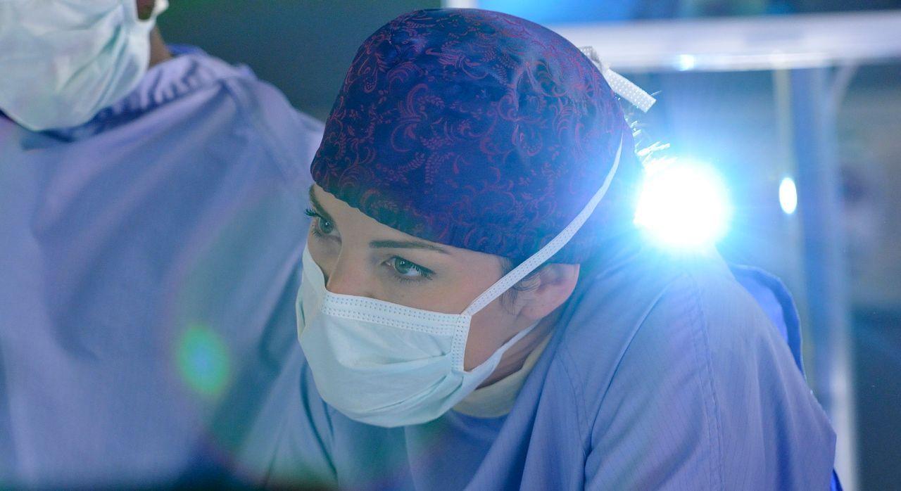 Um das Leben eines Jungen zu retten, entscheidet sich Alex (Erica Durance) dazu eine Operation durchzuführen, die eigentlich keinen Erfolg versprich... - Bildquelle: 2012  Hope Zee One Inc.