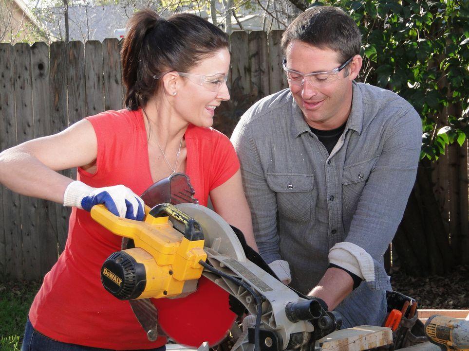 Josh (r.) und sein Team erschaffen für Lindsey (l.) und Corey eine neue Küche mit neuen Geräten, einen Kamin und einen neuen Wohnraum mit modernen M... - Bildquelle: 2013, DIY Network/Scripps Networks, LLC. All Rights Reserved.