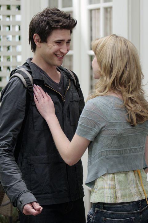 Nach dem Schrecken in der Ruine kommen sie sich näher: Kyle (Matt Dallas, l.) und Amanda (Kirsten Prout, r.) genießen ihre Zeit miteinander. - Bildquelle: TOUCHSTONE TELEVISION