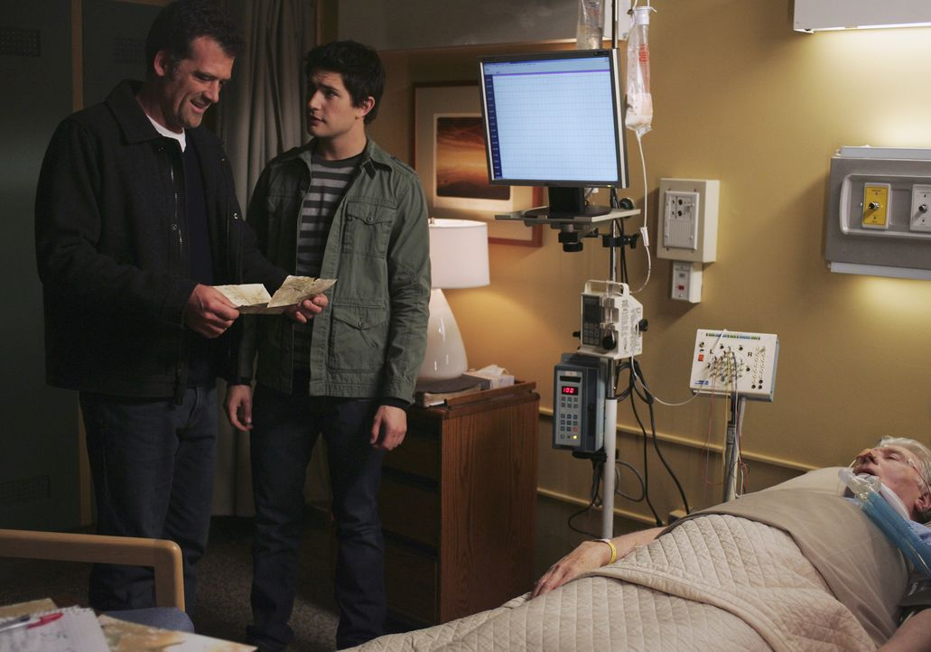 Sein Vater William (Beau Daniels, r.) liegt im Koma. Als Stephen (Bruce Thomas, l.) mit Kyle (Matt Dallas, 2.v.l.) in das Krankenhaus fährt, empfä... - Bildquelle: TOUCHSTONE TELEVISION