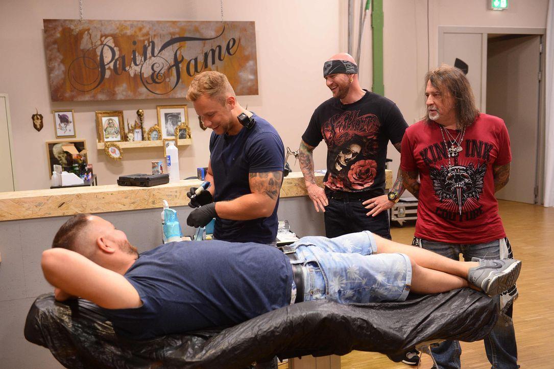 Tattoo-Star Randy Engelhard (M.) und Mario Barth (r.) schauen ganz genau hin. Tätowierer Tim (l.) hofft, mit seinem Tattoo sein Model Dennis (vorne)... - Bildquelle: Willi Weber sixx