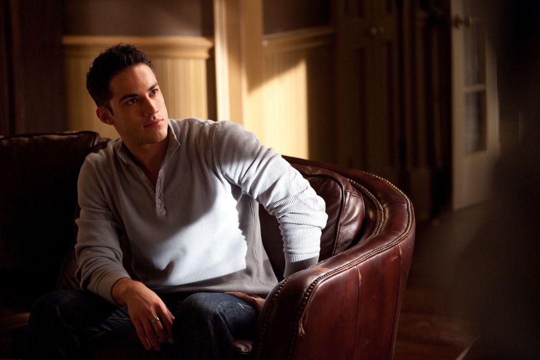 Auf der Trauerfeier seines Vaters, vertraut Tyler Lockwood (Michael Trevino) sich und seine Gefühle über seinen verstorbenen Vater seinem Gegenspiel... - Bildquelle: Warner Brothers