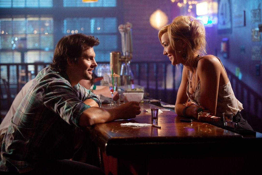 Bringt Baze (Kristoffer Polaha, l.) nach der Hochzeit seiner Flamme Cate endlich wieder zum Strahlen: Paige (Arielle Kebbel, r.)... - Bildquelle: The CW   2009 The CW Network, LLC. All Rights Reserved