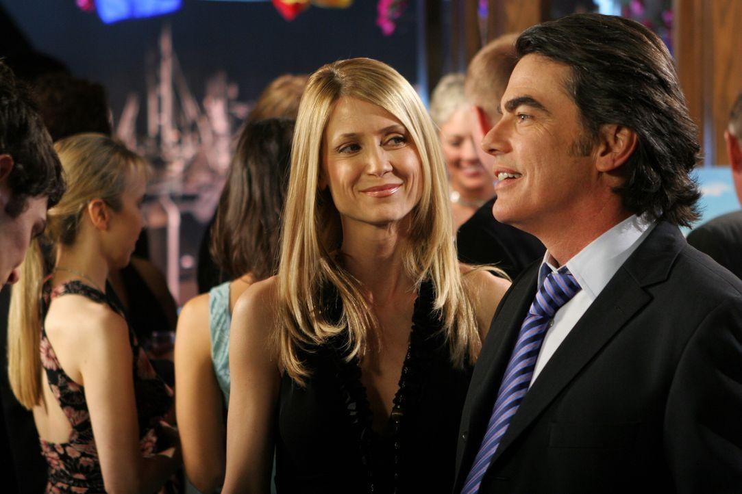 """Während Sandy (Peter Gallagher, r.) sich freut, zum """"Mann des Jahres"""" gewählt worden zu sein, ist Kirsten (Kelly Rowan, l.) wenig begeistert. Imme... - Bildquelle: Warner Bros. Television"""