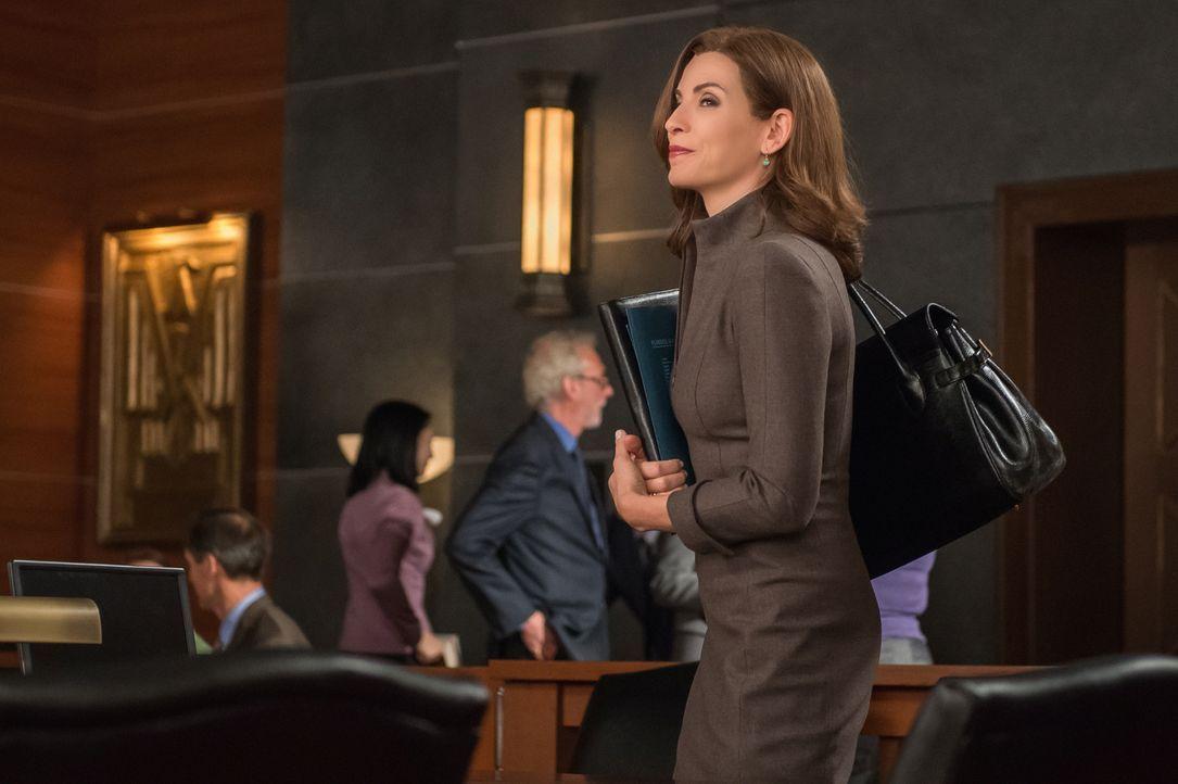 Eigentlich ist Alicia (Julianna Margulies) bekennende Atheistin, doch nun, da es um das Amt der Bezirksstaatsanwältin geht, soll sie plötzlich zu Go... - Bildquelle: Jeff Neumann 2014 CBS Broadcasting Inc. All Rights Reserved.