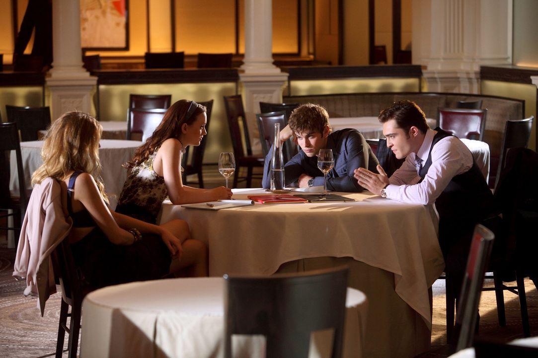 Blair (Leighton Meester, 2.v.l.) und Chuck (Ed Westwick, r.) schließen mit der Hilfe von Serena (Blake Lively, l.) und Nate (Chace Crawford, 2.v.r.)... - Bildquelle: Warner Bros. Television