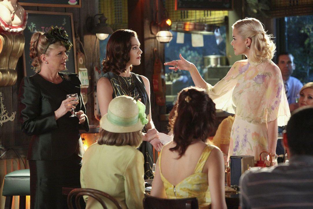 Lemon (Jaime King, r.) hofft darauf, endlich bei den Belles aufzusteigen, doch Annabeth (Kaitlyn Black, M.) und Delia Ann (Eve Gordon, l.) haben and... - Bildquelle: Warner Bros.
