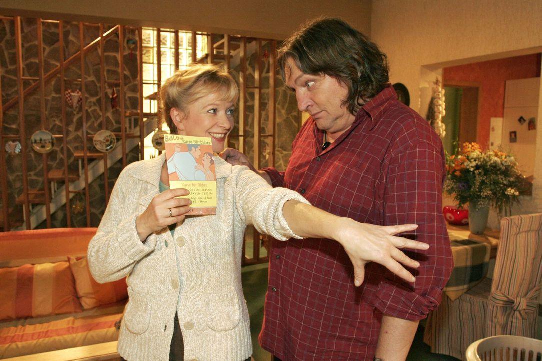 Helga (Ulrike Mai, l.) setzt sich bei Bernd (Volker Herold, r.) mit dem Vorschlag durch, dass sie gemeinsam einen Salsa-Kurs besuchen. - Bildquelle: Noreen Flynn SAT.1 / Noreen Flynn