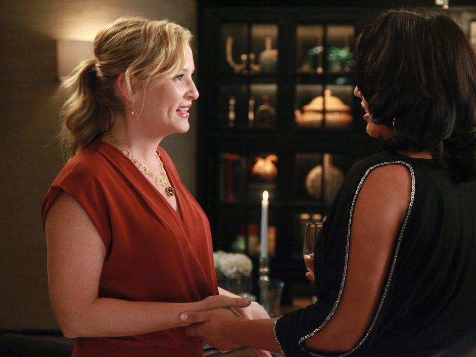 Während Catherine, Jackson und April den Tag in der Bar ausklingen lassen, treffen Callie (Sara Ramirez, r.) und Arizona (Jessica Capshaw, l.) auf T... - Bildquelle: ABC Studios