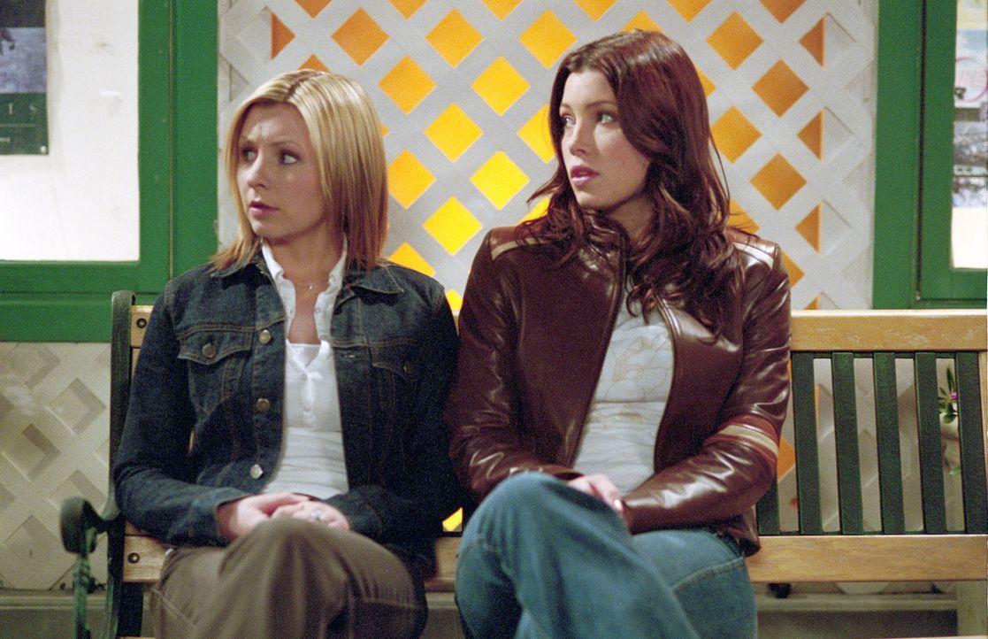 Lucy (Beverley Mitchell, l.) befürchtet, schwanger zu sein und sucht Rat bei ihrer Schwester Mary (Jessica Biel, r.) ... - Bildquelle: The WB Television Network