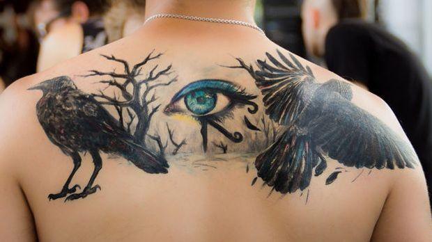 Die Pain Chart verräts: Ein Tattoo im Bereich zwischen den Schulterblättern k...