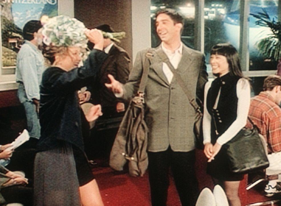 Rachel (Jennifer Aniston, l.) holt Ross (David Schwimmer, M.) vom Flughafen ab und muss feststellen, dass er nicht allein, sondern in Begleitung ein... - Bildquelle: TM+  2000 WARNER BROS.