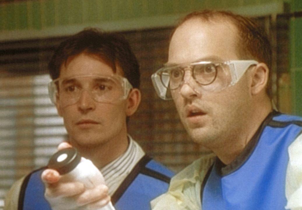 Fasziniert beobachten Carter (Noah Wyle, l.) und Dr. Green (Anthony Edwards, r.), wie ein Blutpfropf in den Katheter gesaugt wird. - Bildquelle: TM+  WARNER BROS.