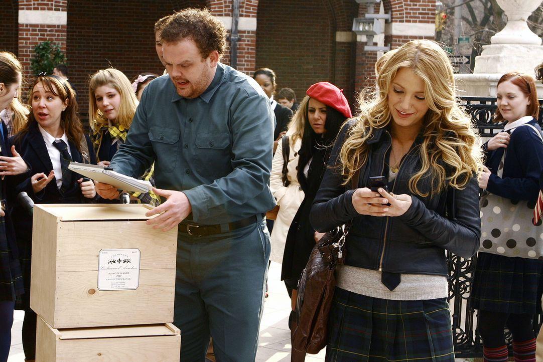 Serena (Blake Lively, r.) bekommt eine ganze Fuhre Champagner in die Schule geliefert. Doch wer steckt dahinter? - Bildquelle: Warner Bros. Television