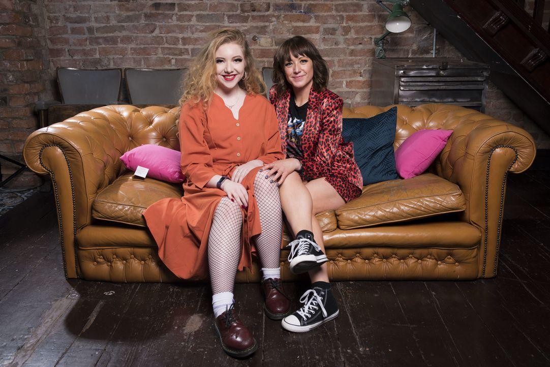 (1. Staffel) - Millie (l.); Salena (r.) - Bildquelle: Naked Television Ltd.