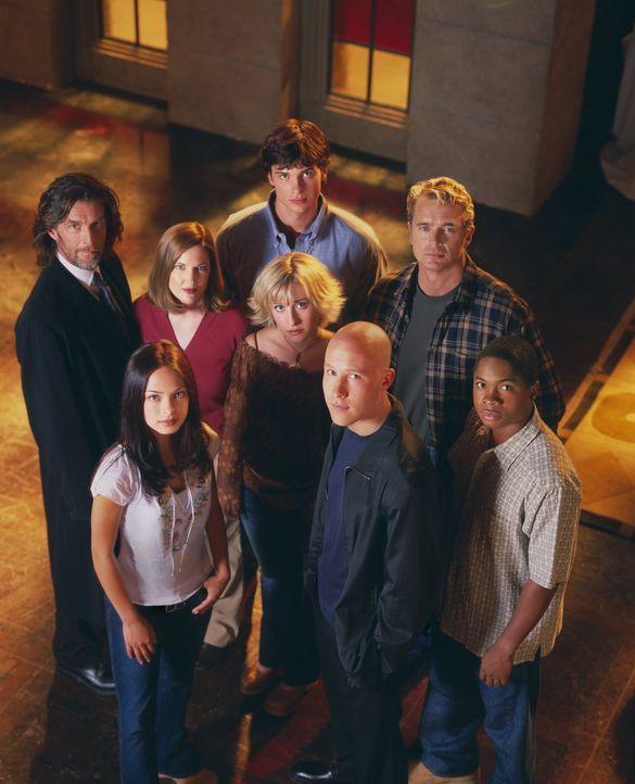 (3. Staffel) - Wie lange wird Clark (Tom Welling, hinten M.) in Smallville sein Geheimnis noch vor (v.l.n.r.) Lionel Luthor (John Glover), Lana (Kri... - Bildquelle: Warner Bros.