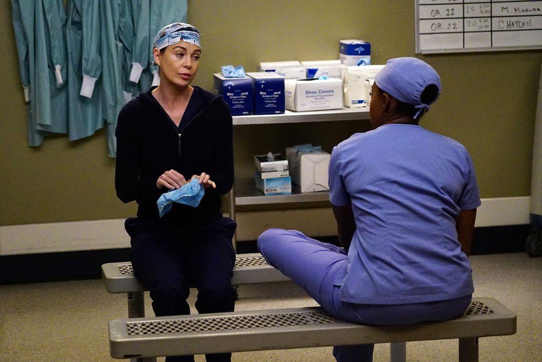 Stephanie (Jerrika Hinton, r.), die sich vor einem Treffen mit Kyle drücken möchte, wird von Meredith (Ellen Pompeo, l.) dazu aufgefordert, sich dem... - Bildquelle: Richard Cartwright ABC Studios
