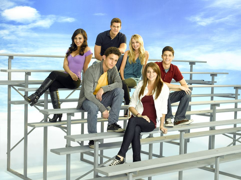 (3. Staffel) - Wenn es darauf ankommt, halten die Freunde Adrian Lee (Francia Raisa, l.), Jack Pappas (Greg Finley, hinten 2.v.l.), Ricky Underwood... - Bildquelle: 2009 DISNEY ENTERPRISES, INC. All rights reserved. NO ARCHIVING. NO RESALE.