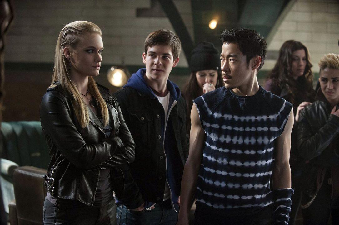 """Als Natalie (Leven Rambin, l.) und Russell (Aaron Yoo, r.) erkennen, was es mit dem Serum von """"Ultra"""" auf sich hat, treffen sie eine übereilte Entsc... - Bildquelle: Warner Bros. Entertainment, Inc"""