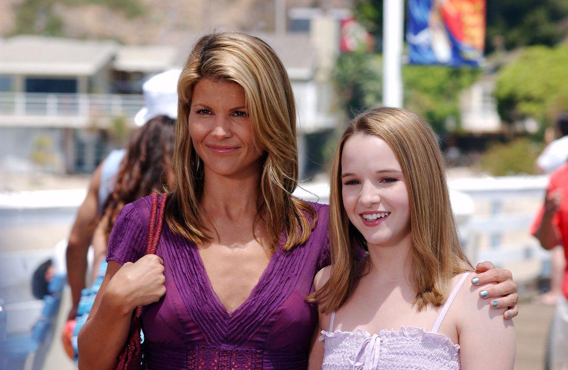 Nikki (Kay Panabaker, r.) und Ava (Lori Loughlin, l.) verbringen einen schönen Nachmittag zusammen ... - Bildquelle: CBS Television