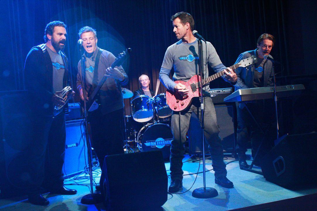 Alle sind in einem Club zusammen gekommen, um die Jungs der Wisteria Lane, Carlos (Ricardo Antonio Chavira, l.), Dave (Neal McDonough, M.),  Tom (Do... - Bildquelle: ABC Studios