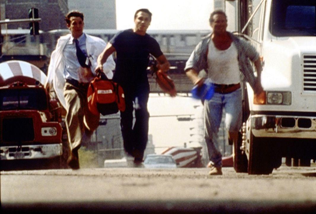Carter (Noah Wyle, l.) und Malucci (Eric Palladino, M.) eilen zu einer Baustelle, um einen verunglückten Kranführer zu versorgen. - Bildquelle: TM+  2000 WARNER BROS.