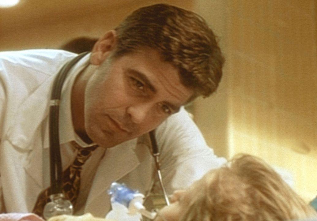 Dr. Ross (George Clooney, l.) macht sich Sorgen um den kleinen Murray, der beinahe ertrunken ist. - Bildquelle: TM+  WARNER BROS.