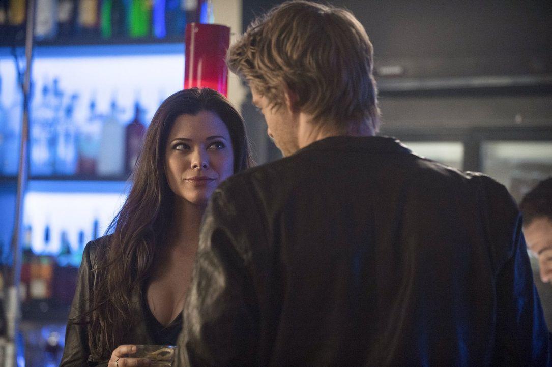 Als Cara (Peyton List, l.) und John (Luke Mitchell, r.) Stephen zu einem neuen Mutanten folgen, ahnen sie noch nicht, wie der Abend enden wird ... - Bildquelle: Warner Bros. Entertainment, Inc