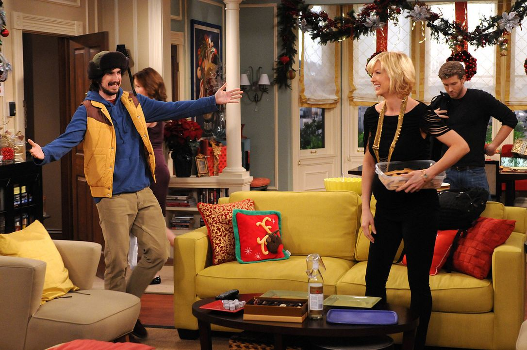 Davis (Nicolas Wright, l.) kommt, um Zack (Jon Foster, r.) zur alljährlichen Weihnachtstour abzuholen. Billie (Jenna Elfman, M.) ist froh, dass Zac... - Bildquelle: 2009 CBS Broadcasting Inc. All Rights Reserved