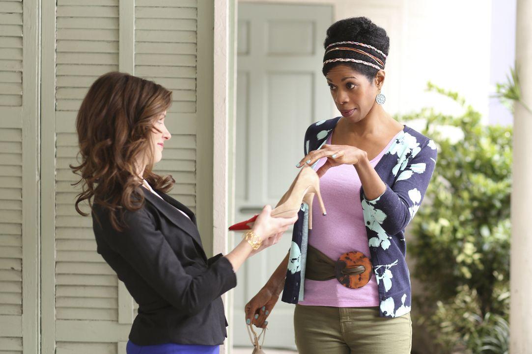 Kolleginnen und Freundinnen: Anwältin Jamie Sawyer (Anna Wood, l.) kann sich immer auf ihre Anwaltsgehilfin Vi (Kim Wayans, r.) verlassen - und auch... - Bildquelle: 2013 CBS BROADCASTING INC. ALL RIGHTS RESERVED.