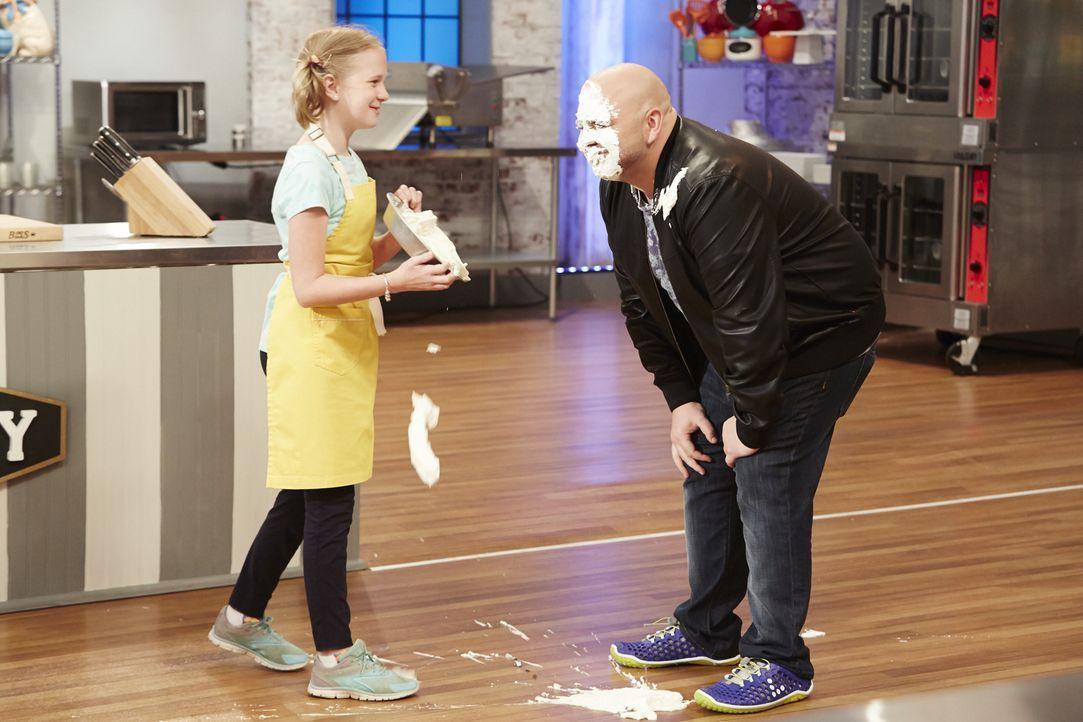 Die Pie-Challenge sorgt bei Jane Haviland (l.) und Juror Duff Goldman (r.) für einigen Spaß ... - Bildquelle: Greg Gayne 2015, Television Food Network, G.P. All Rights Reserved