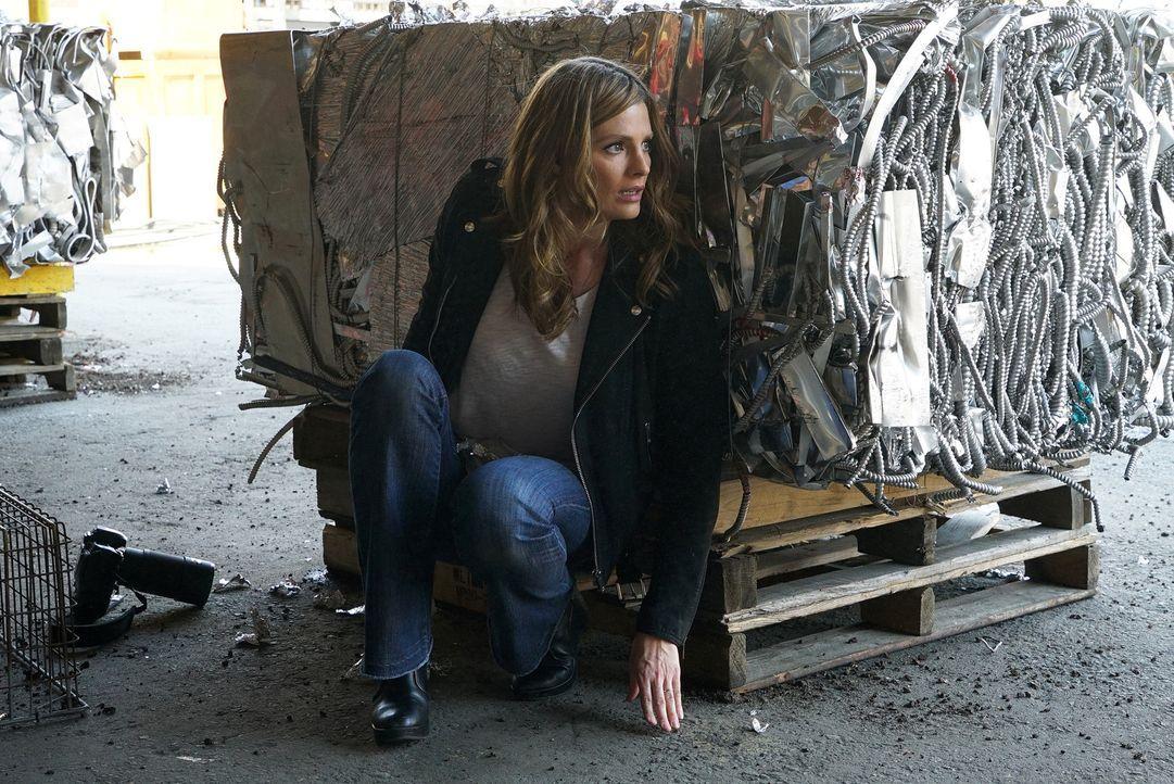 Die Ereignisse zur Festsetzung des Anführers von LokSat überschlagen sich und schließlich ist es Beckett (Stana Katic), die in Lebensgefahr schwebt... - Bildquelle: Byron Cohen 2016 American Broadcasting Companies, Inc. All rights reserved.