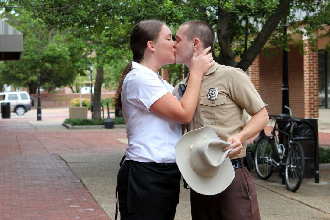 Rose Goggins (l.) und Robert Beersdorf (r.) sind ein glückliches Paar und keiner von beiden hätte erwartet, dass ihr Glück so bestialisch zerstört w... - Bildquelle: M2 Pictures