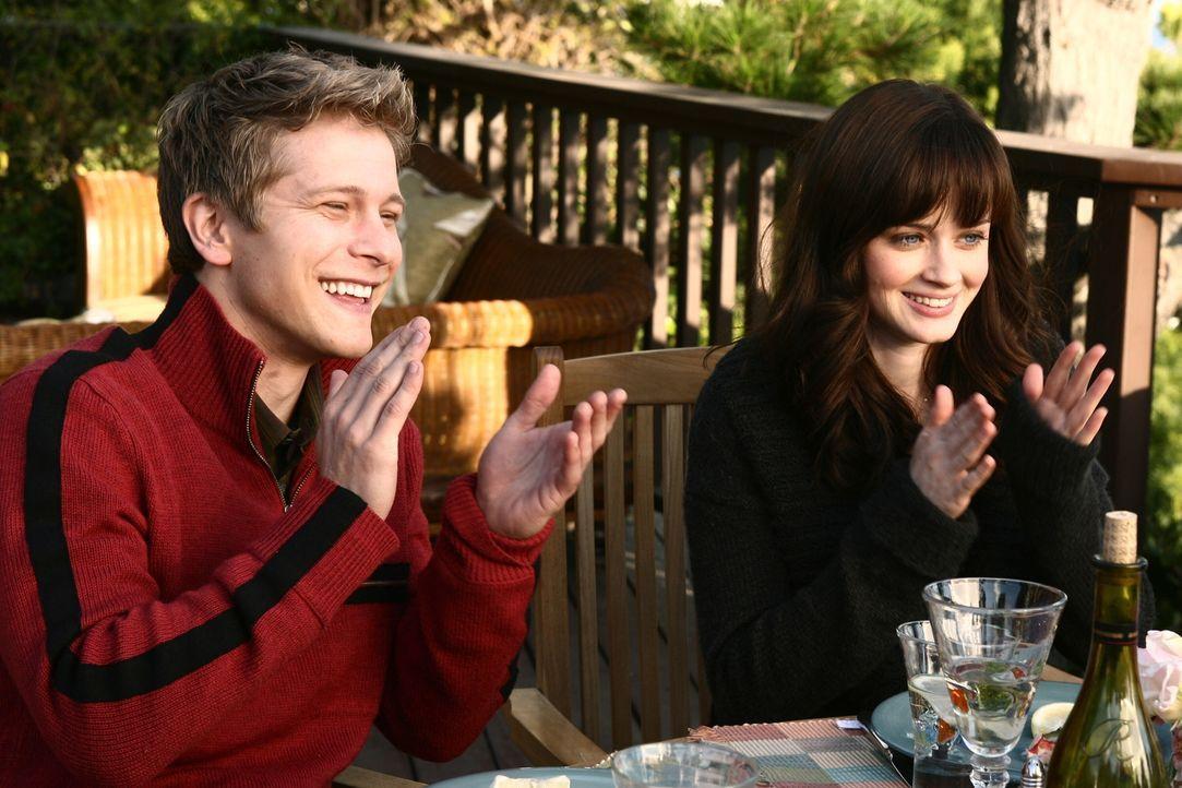 Verbringen ein romantisches Wochenende mit Rorys Eltern: Rory (Alexis Bledel, r.) und Logan (Matt Czuchry, l.) ... - Bildquelle: Copyright Warner Brother International Television