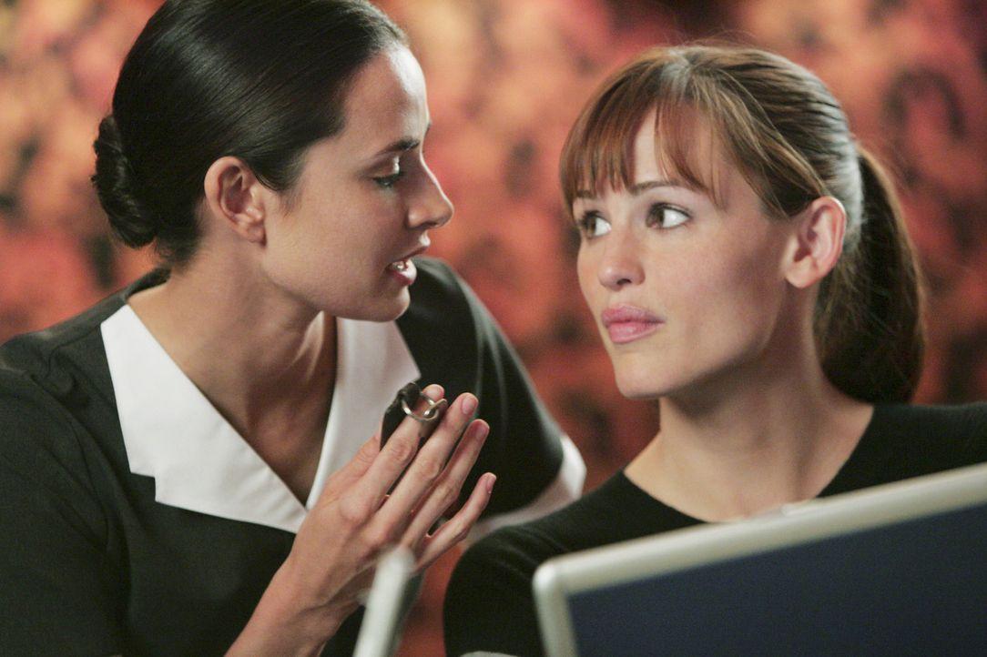 Sollen in Erfahrung bringen, was Tambor mit dem Explosivstoff vorhat: Sydney (Jennifer Garner, r.) und Nadia (Mia Maestro, l.) ... - Bildquelle: Touchstone Television