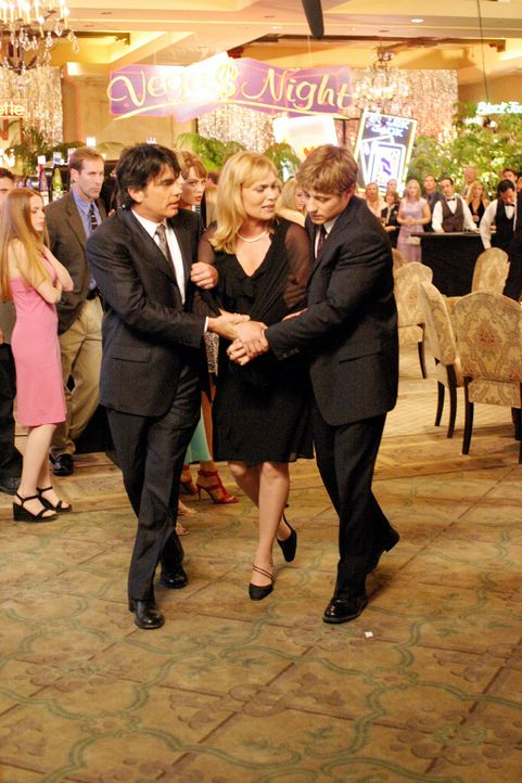 Endlich hat Ryan (Benjamin McKenzie, r.) ein neues Zuhause - bei Kirsten (Kelly Rowan, M.) und Sandy (Peter Gallagher, l.) ... - Bildquelle: Warner Bros. Television