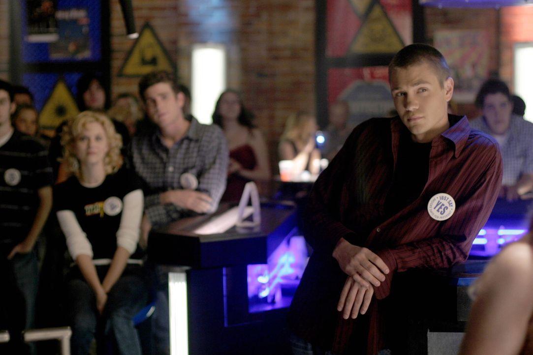 Lucas (Chad Michael Murray, r.) verfolgt gespannt das Auftreten von Brooke, die für die Schulpräsidentschaft kandidiert ... - Bildquelle: Warner Bros. Pictures