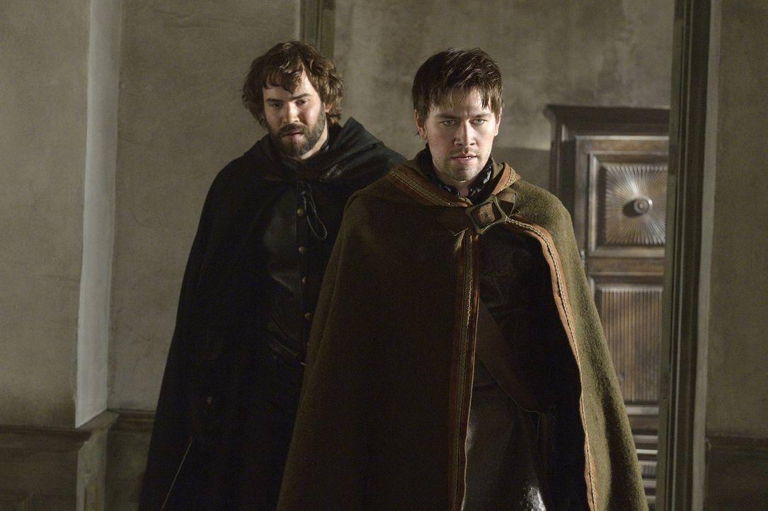 Nostradamus (Rossif Sutherland, l.) und Bash (Torrance Coombs, r.) kehren aus den Wäldern zurück, wo sie die dunklen Mächte bekämpfen wollten, die s... - Bildquelle: 2013 The CW Network, LLC. All rights reserved.