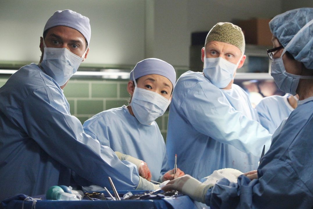 Nach einem schrecklichen Unfall, kämpfen Jackson (Jesse Williams, l.), Cristina (Sandra Oh, 2.v.l.) und Owen (Kevin McKidd, 2.v.r.) um das Leben von... - Bildquelle: ABC Studios