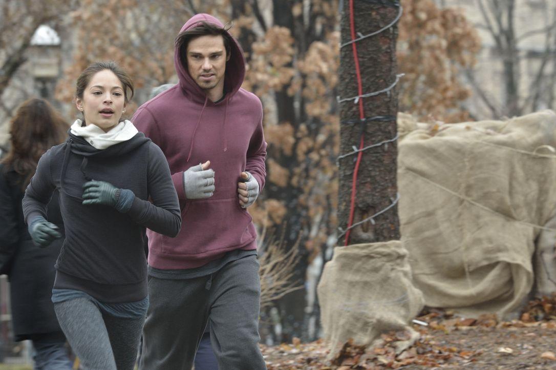 Dass Catherine (Kristin Kreuk, l.) ihm aus dem Weg geht, hat Vincent (Jay Ryan, r.) bereits bemerkt. Er versucht einzulenken und spricht sie auf ihr... - Bildquelle: 2013 The CW Network. All Rights Reserved.
