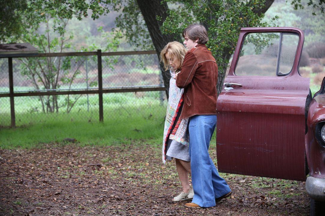Kit (Evan Peters, r.) hat Schwester Jude Martin (Jessica Lange, l.) aus Briarcliff befreit und möchte sie bei sich zuhause aufnehmen ... - Bildquelle: 2012-2013 Twentieth Century Fox Film Corporation. All rights reserved.