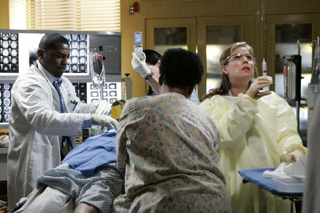 Ein Wettlauf mit der Zeit beginnt: Pratt (Mekhi Phifer, l.), Abby (Maura Tierney, r.) und Krankenschwester Haleh (Yvette Freeman, M.) ... - Bildquelle: Warner Bros. Television