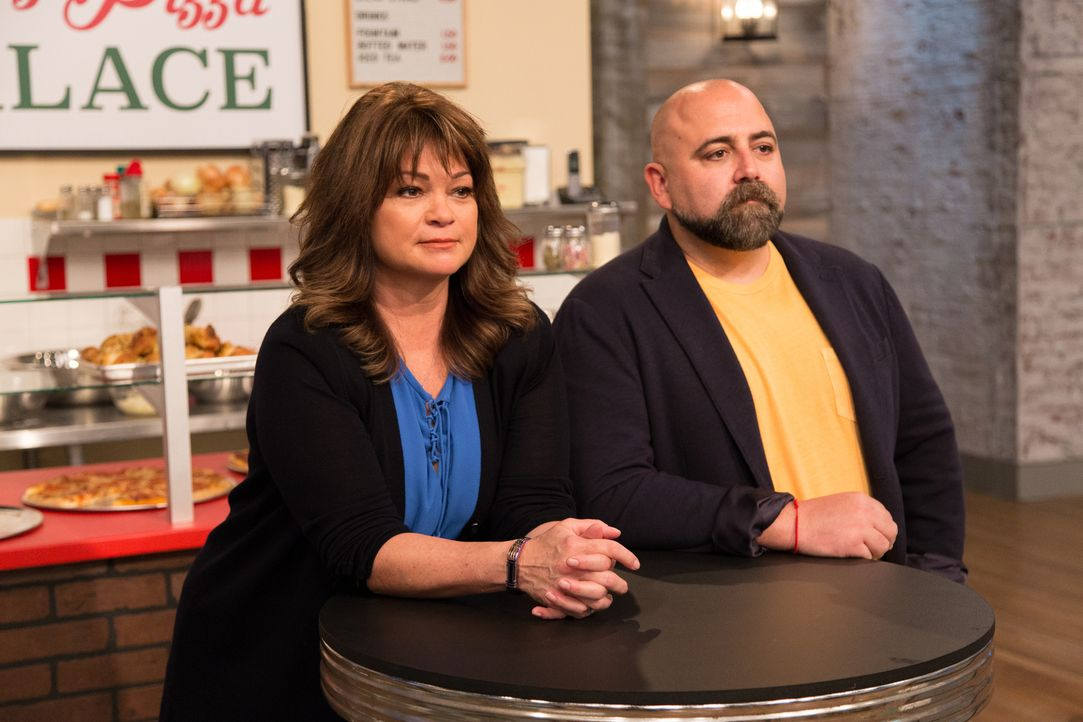 (v.l.n.r.) Valerie Bertinelli; Duff Goldman - Bildquelle: Bruce France 2017, Television Food Network, G.P. All Rights Reserved./ Bruce France