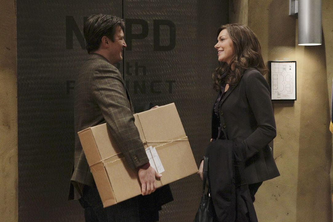 Nathalie Rhodes (Laura Prepon, r.) flirtet heftig mit Richard Castle (Nathan Fillion, l.). - Bildquelle: 2010 American Broadcasting Companies, Inc. All rights reserved.