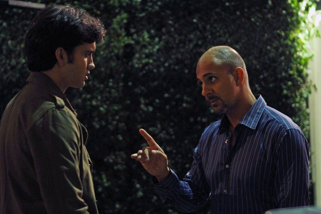 Navid (Michael Steger, l.) will wieder in die illegalen Geschäfte seines Onkels Amal (Anthony Azizi, r.) einsteigen, doch der weiß nicht, ob er ih... - Bildquelle: 2011 The CW Network. All Rights Reserved.