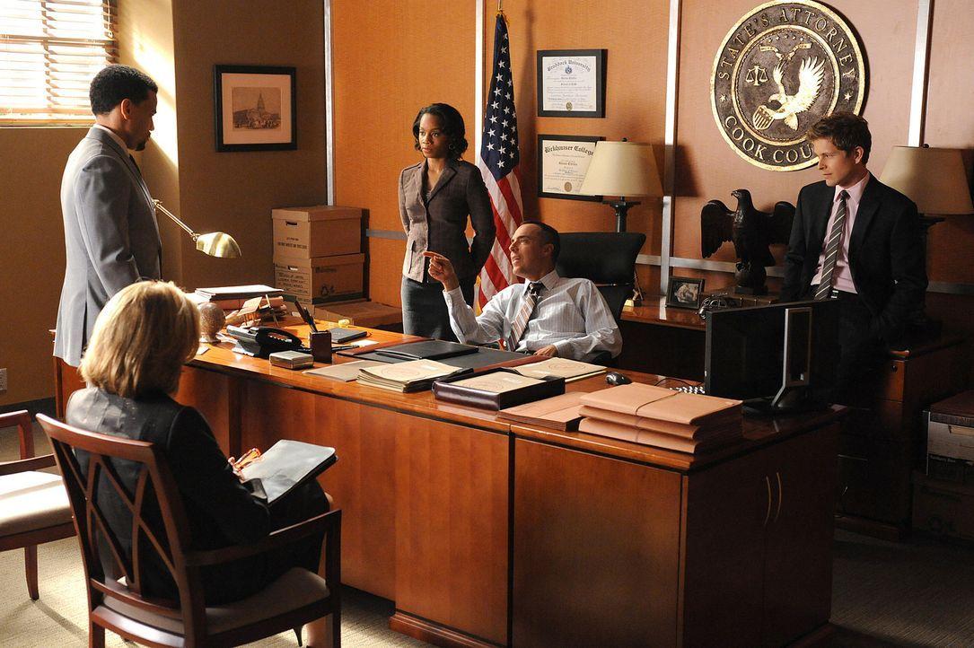 Werden sie sich einigen können? Derrick (Michael Ealy, l.), Diane (Christine Baranski, 2.v.l.), Wendy Scott-Carr (Anika Noni Rose, M.), Glenn Child... - Bildquelle: CBS Broadcasting Inc. All Rights Reserved