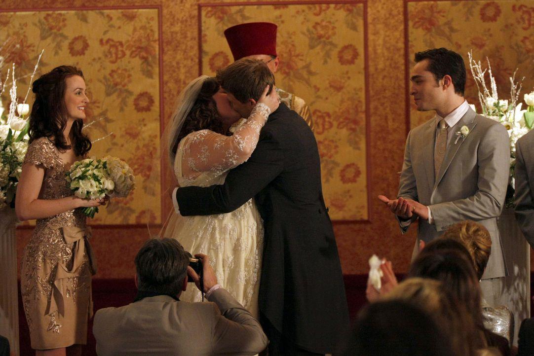 Der obligatorische Hochzeitskuss und alle freuen sich mit dem Brautpaar (v.l.: Leighton Meester, Zuzanna Szadkowski, Aaron Schwartz, Ed Westwick). - Bildquelle: Warner Brothers