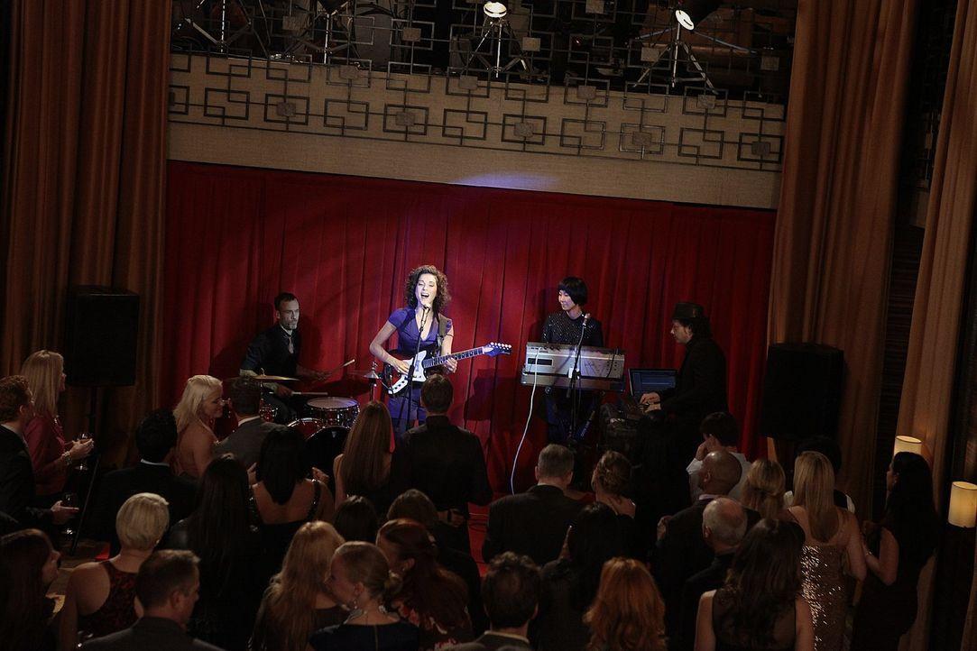 Stellen ihr Können unter Beweis: die Band St. Vincent ... - Bildquelle: Warner Bros. Television